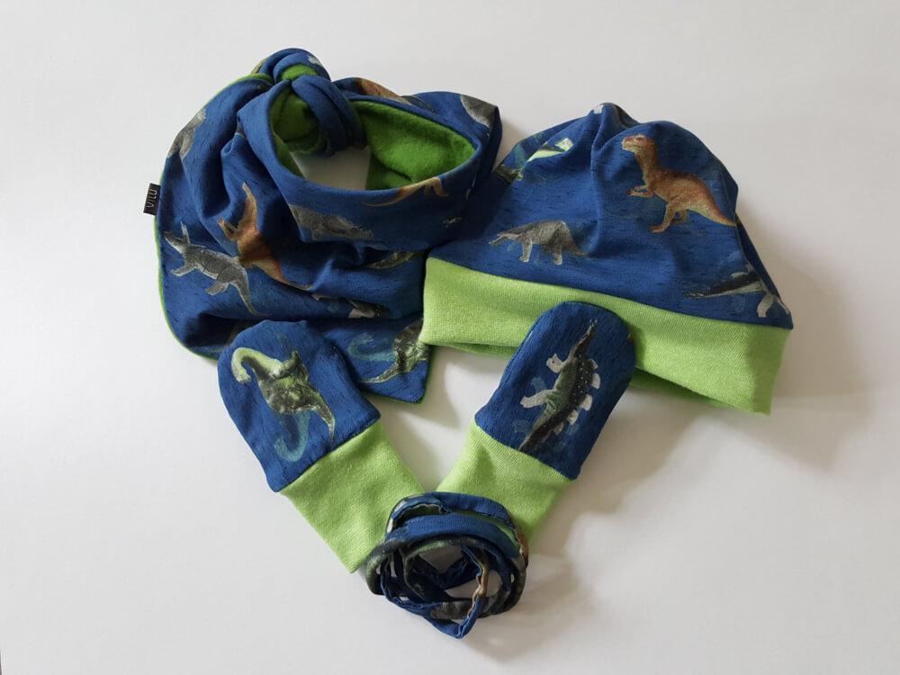 Dreieckstuch, Beanie und Handschuhe mit Band für Babys, Hauptstoff blauer Jersey mit Dinos, Bündchen und Futter grün