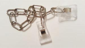 Stahldrahtkette mit Kunststoffclips an beiden Enden.