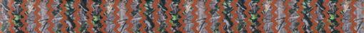 Auf mittelbraunem Hintergrund befinden sich vertikale, leicht transparente Zickzack-Streifen, die den Blick auf Blattwerk freigeben.