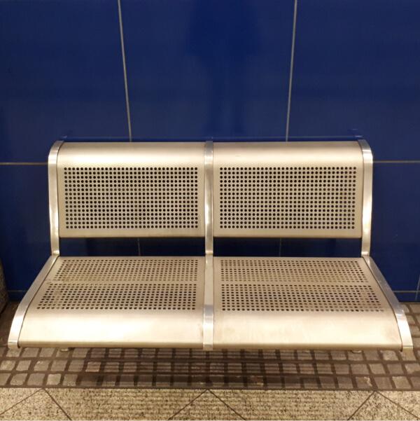 Metallene Sitzbank einer Dortmunder U-Bahn-Station, für 2 Personen.