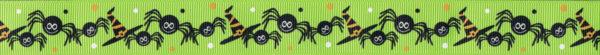 Immer abwechseln: Drei gezeichnete Spinnen und ein gezeichneter Halloweenhut, umgeben von kleinen Punkten, alles in orange, weiß, und schwarz - auf hellgrünem Ripsband.