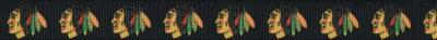 Viele gleiche Indianerköpfe mit Federschmuck vor dunkelbraunem Hintergrund.