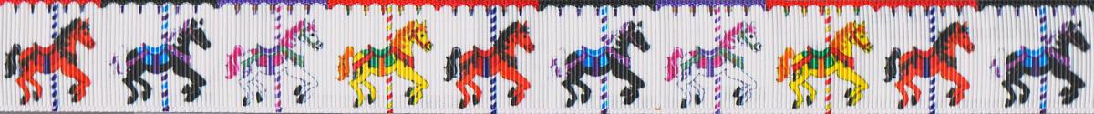 Buntbemalte Pferde an ihren Karussellstangen.