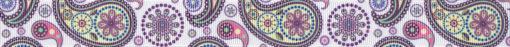 In Pastelltönen gestaltetes Paisleymuster auf weißem Ripsbanduntergrund.