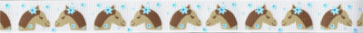 Pferdeköpfe mit blauen Maschen im Haar, jeweils zwei Köpfe einander zugewendet.