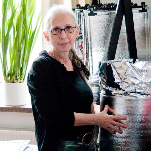 Marie Wolf, die Herstellerin der Alu-Sitzmatten von VILU, in ihrem Atelier mit einer Rolle des Grundmaterials.