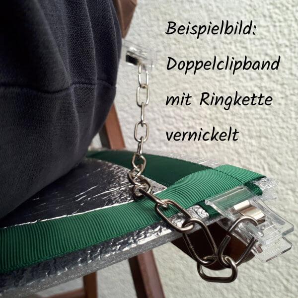 Eine Sitzunterlage auf einem Stuhl ist über ein Doppelclipband mit der daraufsitzenden Person verbunden.