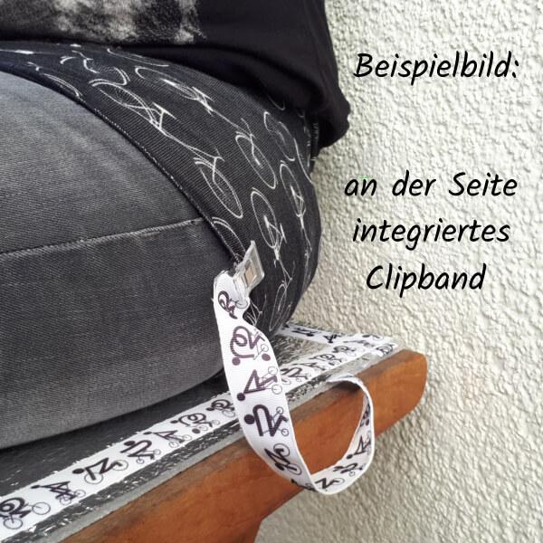 Sitzmatte mit integriertem Clipband, das an der Kleidung der sitzenden Person befestigt ist. (Teilansicht)