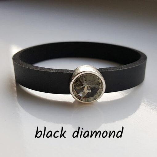 Armband aus Neopren mit grauschwarzem Glaselement in Schiebeperle Zamak versilbert.