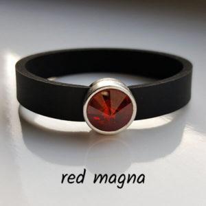 Armband aus Neopren mit leicht bräunlich rotem Glaselement in Schiebeperle Zamak versilbert.