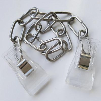 Vernickelte Stahlkette mit transparenten Kunststoff-Clipbändern an beiden Enden.