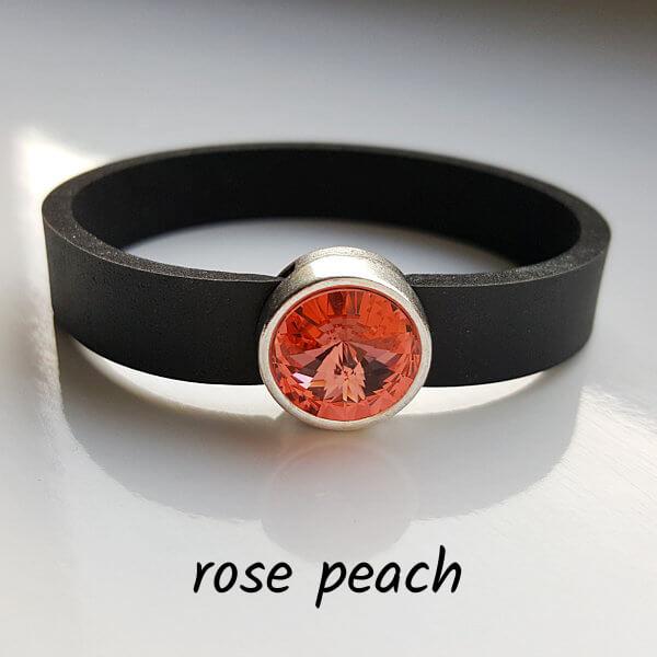Armband aus Neopren mit pfirsichfleisch-farbenem Glaselement in Schiebeperle Zamak versilbert.