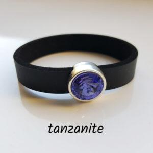 Armband aus Neopren mit hellem, blauviolett-farbenem Glaselement in Schiebeperle Zamak versilbert.