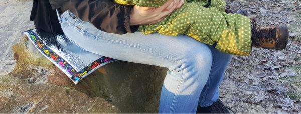 sitzkissen auf steinbrocken