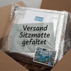 Sitzmatte von Vilu, zusammengefaltet und mit Infoblatt und Visitenkarte von VILU in Klarsichthülle in noch geöffnetem Versandkarton.