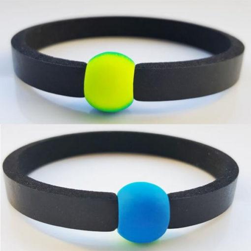 Auf dem Foto oben ist beim blaugelben Schwimmschmuck die gelben Seite nach außen gedreht, auf der unteren Abbildung ist nur die blaue Seite der Acrylperle zu sehen.