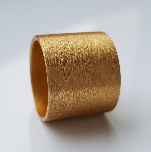 Goldfarben eloxierte Aluminiumrolle.
