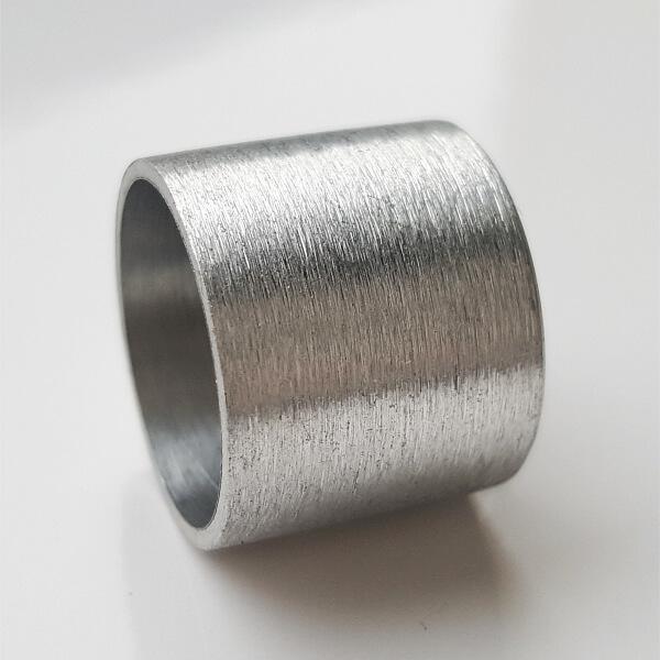 Farblos eloxierte, daher silberfarbene Aluminiumrolle.