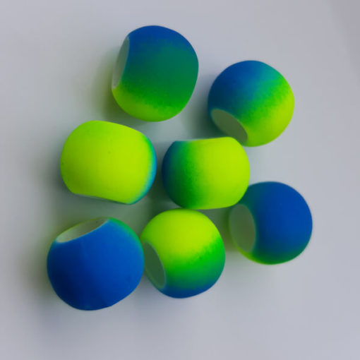 7 Großlochperlen in blaugelb zur Demonstration des Farbenspiels beim Schwimmschmuck von VILU.