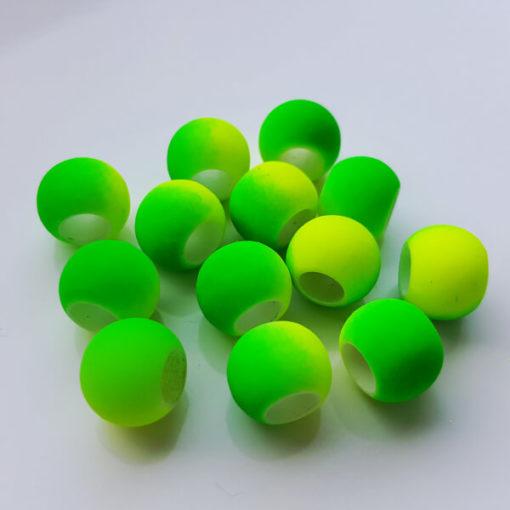 13 Großlochperlen in grüngelb zur Demonstration des Farbenspiels beim Schwimmschmuck von VILU.