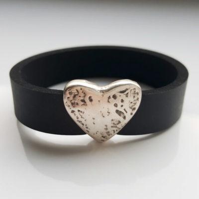 Armband aus Neopren mit Schiebeperle aus Zamak versilbert in Herzform. Ansicht von vorne.