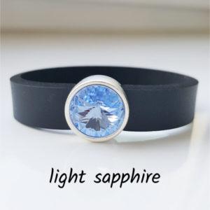 Armband aus Neopren mit hellblauem, leicht ins lilafarbene gehende Glaselement in Schiebeperle Zamak versilbert.