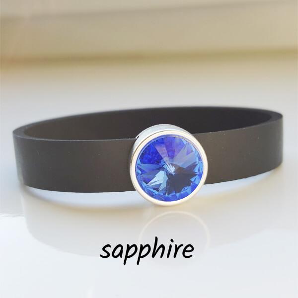 Armband aus Neopren mit intensiv mittelblauem Glaselement in Schiebeperle Zamak versilbert.
