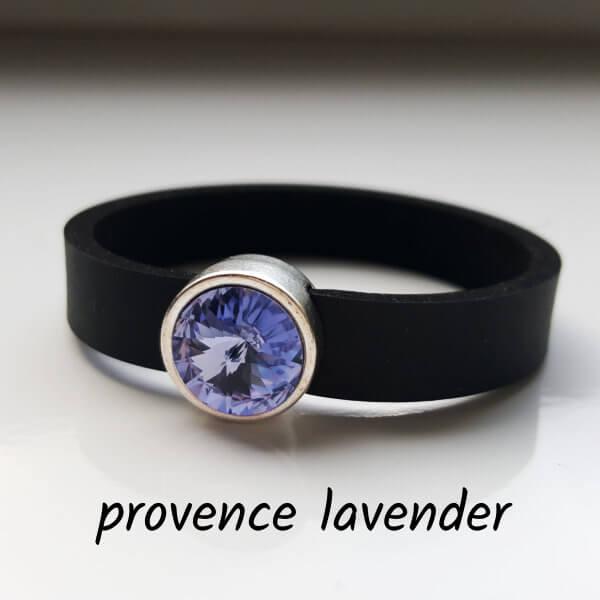 Armband aus Neopren mit hell-violett-farbenem Glaselement in Schiebeperle Zamak versilbert.