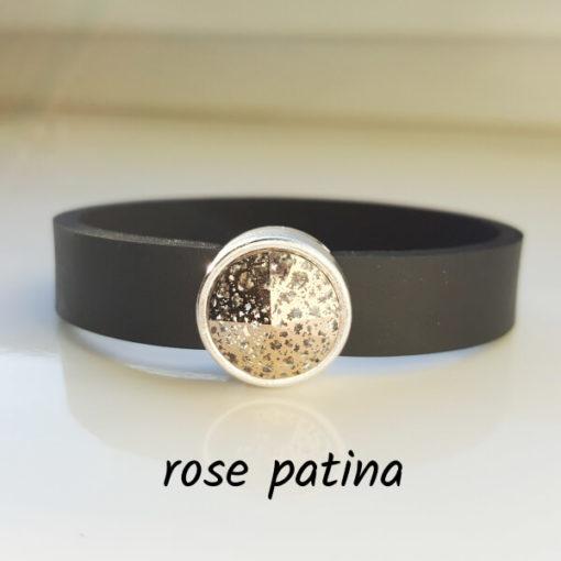 Armband aus Neopren mit leicht rosa gesprenkeltem Glaselement in Schiebeperle Zamak versilbert.
