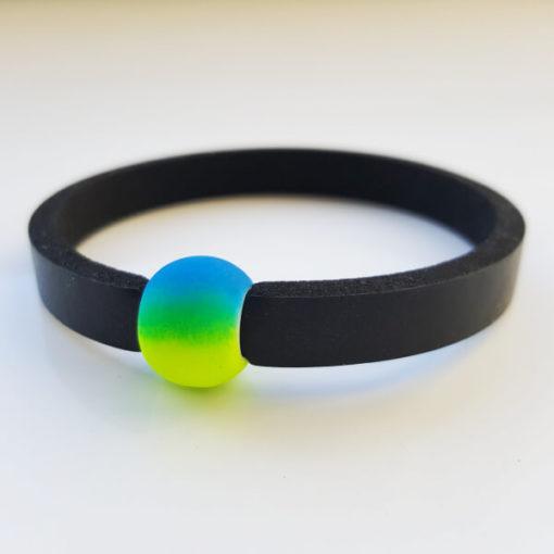 Schwimmschmuck von VILU: Neoprenband mit blaugelber Acrylperle.