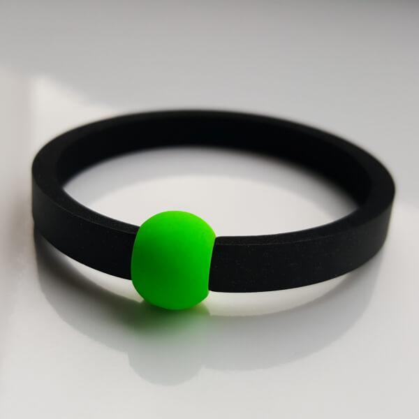 Schwimmschmuck von VILU: Neoprenband mit einer grünen Großlochperle aus Kunststoff.