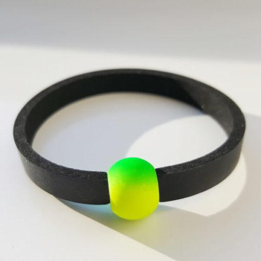 Schwimmschmuck von VILU: Neoprenband mit grüngelber Acrylperle.