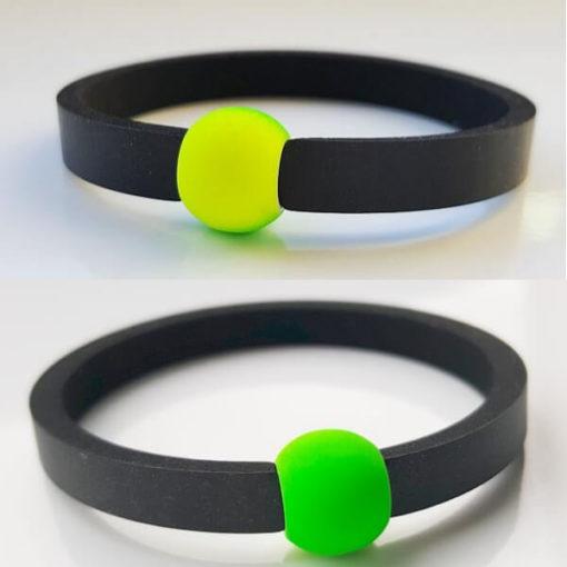 Auf dem Foto oben ist beim grüngelben Schwimmschmuck die gelben Seite nach außen gedreht, auf der unteren Abbildung ist nur die grüne Seite der Acrylperle zu sehen.