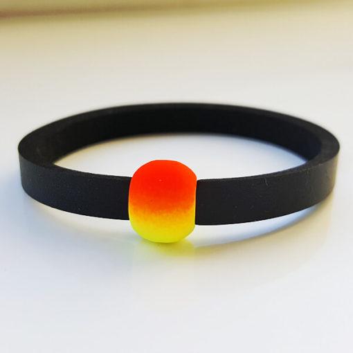 Schwimmschmuck von VILU: Neoprenband mit rotgelber Acrylperle.