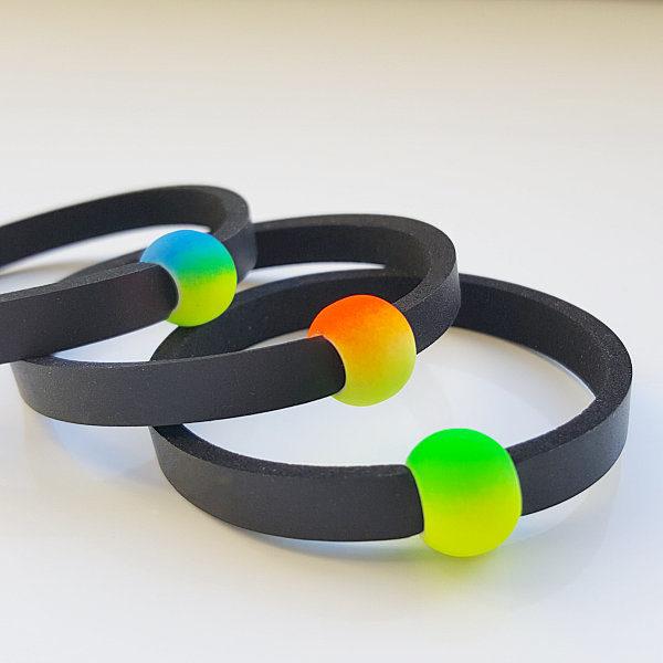 Drei FaDer Schwimmschmuck von VILU ist in drei Farbvarianten erhältlich: blaugelb, rotgelb und grüngelb.