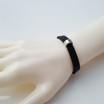 Neopren-Schmuckband mit schmaler Edelstahlrolle über der Klebestelle. Das Neoprenarmband befindet sich auf einer Modelhand.