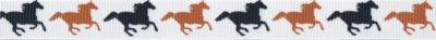 Auf weißem Ripbsbandgrund: Abwechselnd schwarze und braune Pferde, im Galopp von links nach rechts laufend.