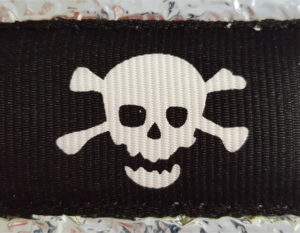 Ripsband auf Alu, Motiv: Totenkopf