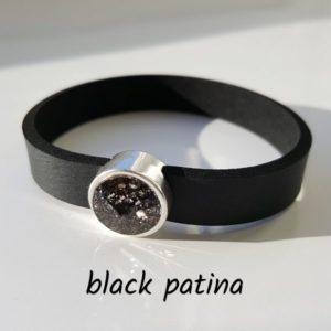 Armband aus Neopren mit einem schwarz-silber gesprenkelten Glaselement in Schiebeperle Zamak versilbert.