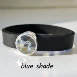 Armband aus Neopren mit einem fast weißen, leicht blau getönten Glaselement in Schiebeperle Zamak versilbert.