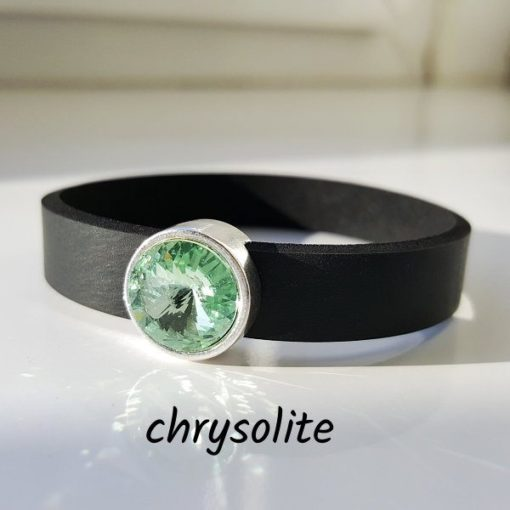 Armband aus Neopren mit hellgrünem Glaselement in Schiebeperle Zamak versilbert.