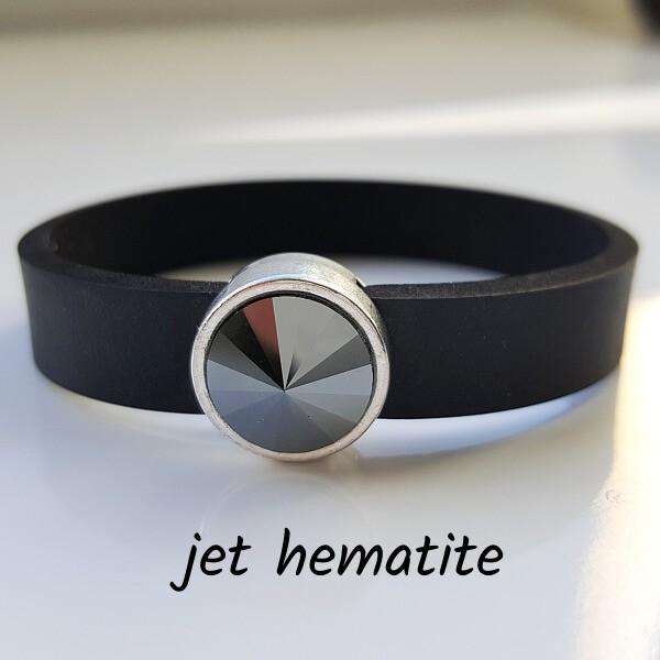 Armband aus Neopren mit grauschwarzem, metallisch glänzenden Glaselement in Schiebeperle Zamak versilbert.
