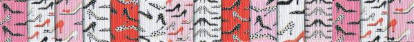 Ripsband mit verschiedenfarbigen, breiten Farbsegmenten in rosa, weiß und rot mit Motivdruck vieler kleiner, verschiedenartiger Damenschuhe mit spitzen, hohen Absätzen..