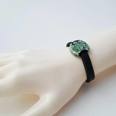 Neoprenarmband auf Modelhand - Glasperle mit Motiv in Art einer Schlangenhaut, olivgrün/schwarz