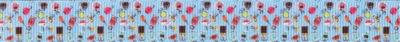 Auf blauem Ripsbanduntergrund sind verschieden geformte und verschienen farbige Parfumfläschchen.