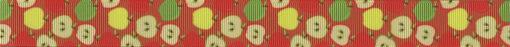 Ganze und halbe Äpfel - bei Letzteren sieht man das Kerngehöuse - auf hellrotem Ripsbanduntergrund.