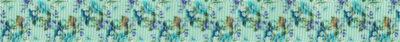Zartfarbene kleine Blüten auf mintfarbenem Ripsband-Untergrund.