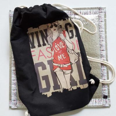 Sitzkissen von VILU mit darauf liegendem Stoffrucksack mit Bügelaufdruck Girl