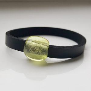 Schwarzes Neoprenband mit gelber, transparenter Glasperle