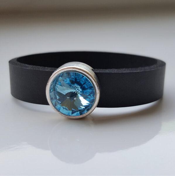 Hellblau leuchtender Rivoli von Swarovski in Schiebeperle auf Neoprenarmband